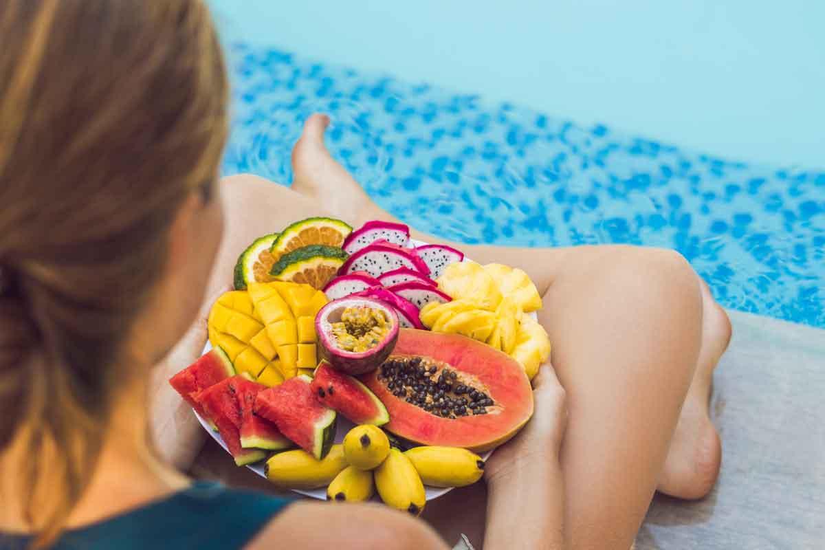 gezond eten bij het zwembad